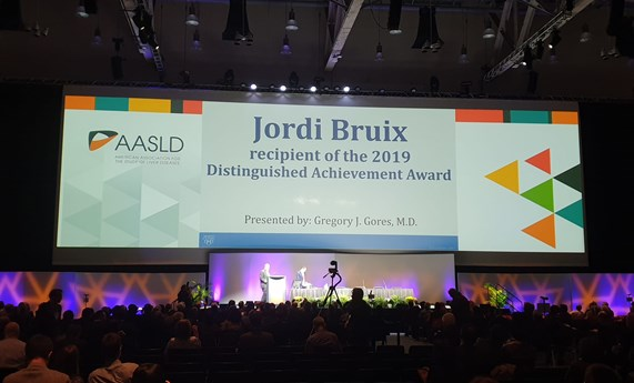 Jordi Bruix recibe el Distinguished Achievement Award de la AASLD